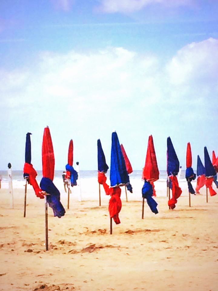 Parasols en bord de mer.