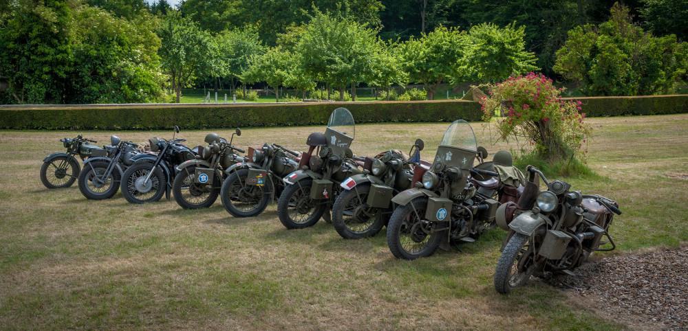 Tailly l'Arbre à Mouches - commémoration des 70 ans de la disparition du Maréchal LECLERC - rassemblement des collectionneurs de la 2ème DB - Alignement de Harley d'époque