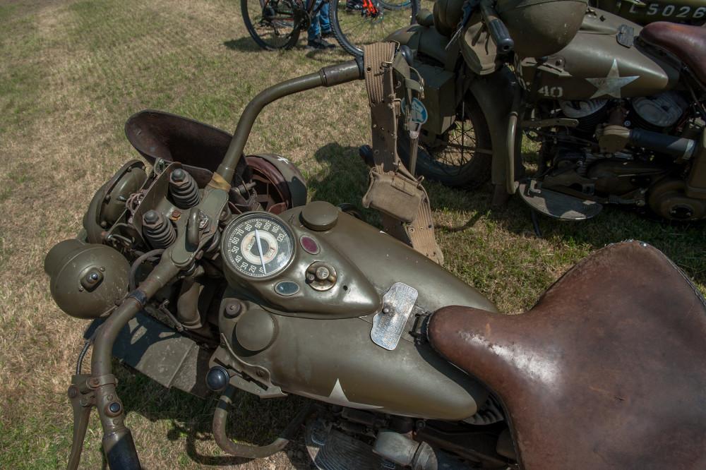Tailly l'Arbre à Mouches - commémoration des 70 ans de la disparition du Maréchal LECLERC - rassemblement des collectionneurs de la 2ème DB Harley Davidson de plus prés