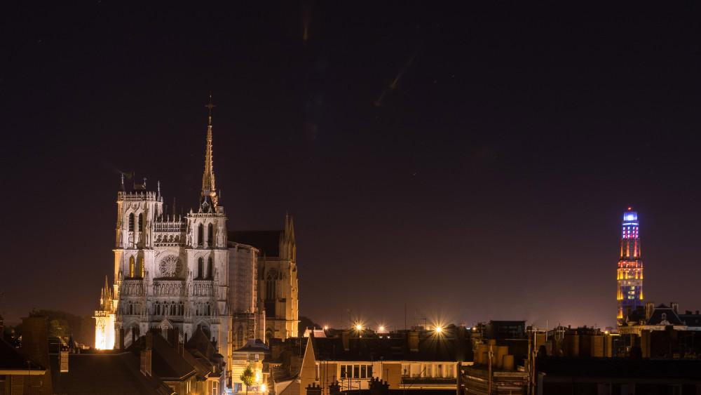 Les deux phares de la ville d'AMIENS de nuit: La cathédrale et la tour PERRET