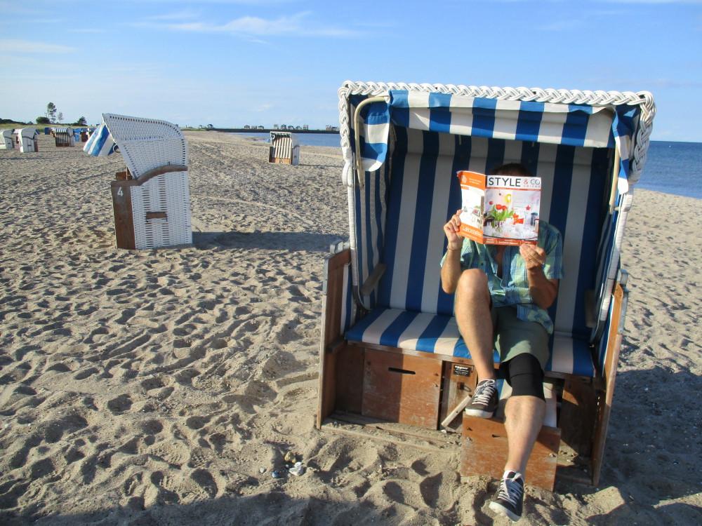A l 'abri du vent dans un StrandKorbe  sur une plage de la mer Baltique Schleswig Holstein Allemagne du Nord