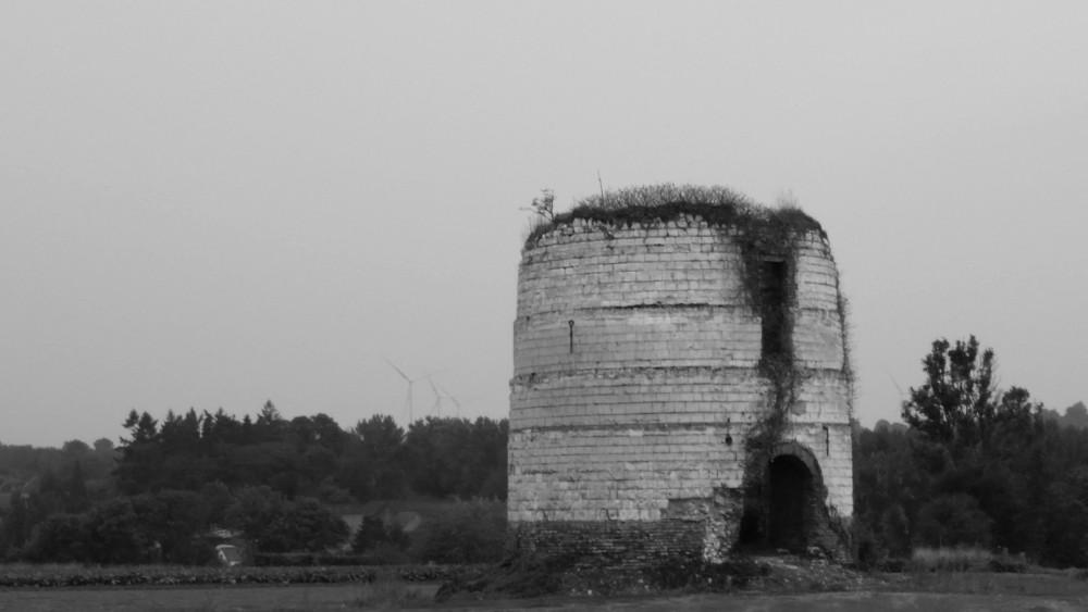 Moulin à vent d'Heuzecourt avec en fond les éoliennes de Prouville.