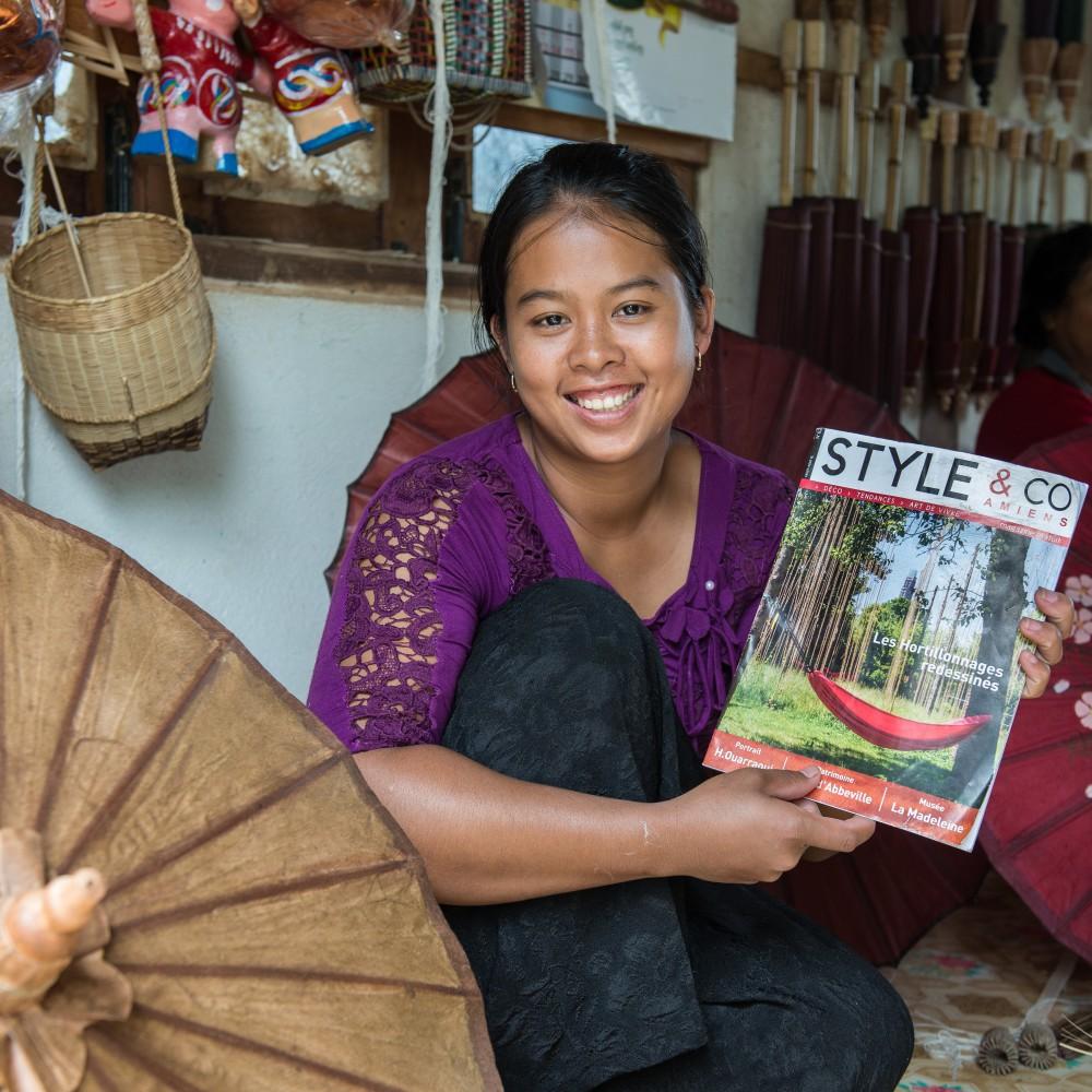 Cette jolie vendeuse d'ombrelle rencontrée au Myanmar (Birmanie) aimerait beaucoup figurer  dans le prochain Style&Co