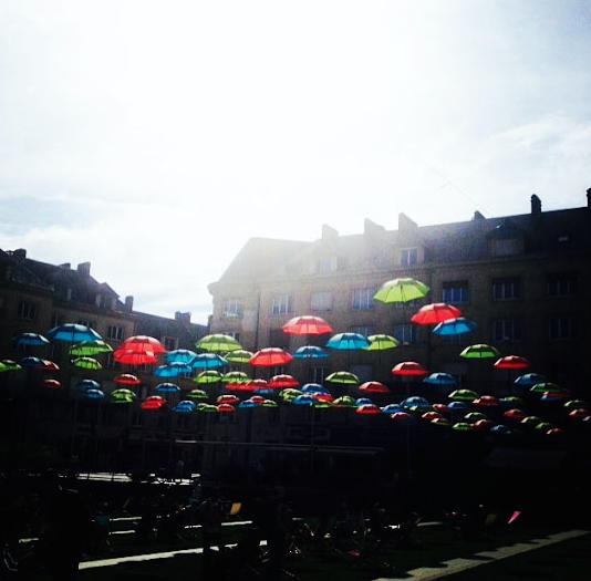 Les parapluies multicolores de la place Gambetta
