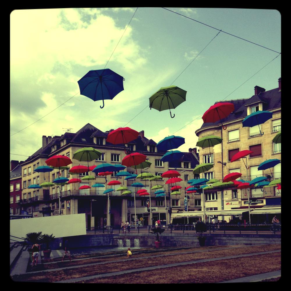 Des parapluies au lieu de parasols sur la Place Gambetta d'Amiens pour l'été: une bonne idée